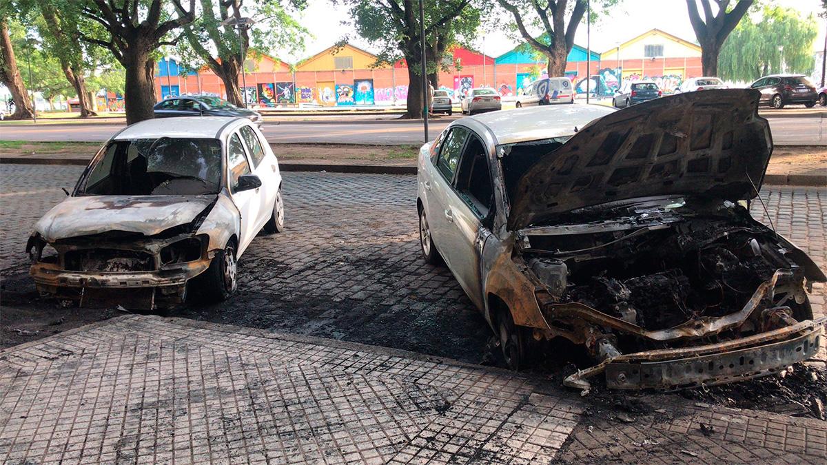 Dos autos fueron quemados durante la madrugada en Belgrano al 900 bis
