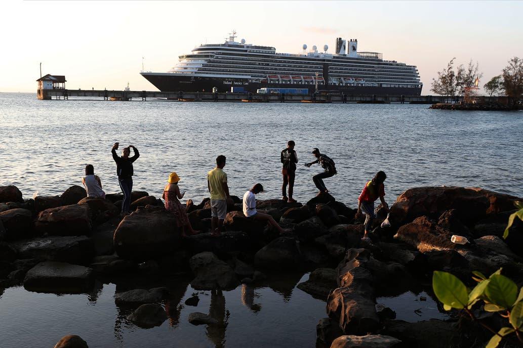Coronavirus: hay cinco argentinos en el crucero a la deriva que llegó a Camboya
